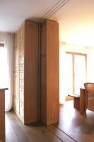天井までの壁一面だけではなく、食器戸棚まで移動する。