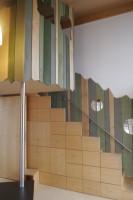 階段の収納や塗り分けられた壁とツリーハウスのようなベットなど、楽しい工夫がなされた子供部屋。