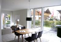 大きな窓から光が差し込む明るく開放的なダイニング、スキップフロアーと変形窓など、なかなか洒落たインテリアの住宅は、人気のモデルだという。