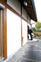 太陽熱パネルと太陽光発電を載せた住宅は、ティンバーフレームで壁の仕上がりは一見日本の住宅のようにも見える。