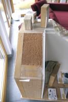 木質の高密度断熱材を貼り付けたIビーム風のスタッドの間に木質繊維断熱材を充填し、高密度の木質繊維断熱材を外に貼ったダブル断熱壁の厚さは30センチ程。